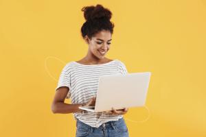 garota navegando em um notebook para participar de um evento online na Go On
